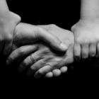 χέρια γονιών σε χειραψία που τα ενώνουν τα χέρια ενός παιδιού