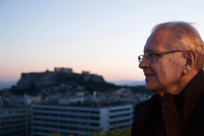 Ο Δημήτρης Κωνσταντάρας με φόντο την Ακρόπολη