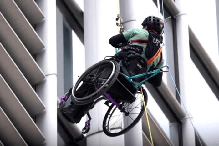ο Λάι Τσι Γουάι κάνει αναρρίχηση σε ουρανοξύστη στον Χονγκ Κονγκ