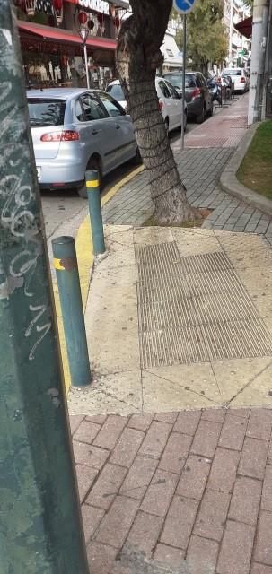 Κολονάκια πάνω σε οδηγό όδευσης τυφλών