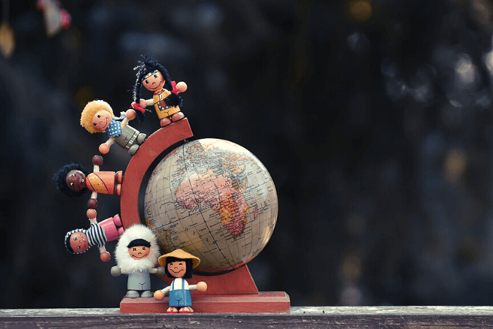 Υδρόγειος Σφαίρα και φιγούρες παιδιών από διάφορες εθνικότητες