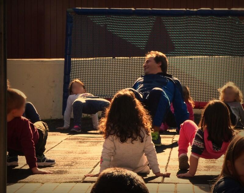 ο Δημοσθένης Ταμπάκος σε προαύλιο σχολείου κάνει ασκήσεις μαζί με παιδιά