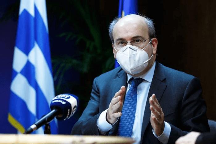 Ο Κωστής Χατζηδάκης κάνοντας δηλώσεις στην ΕΡΤ