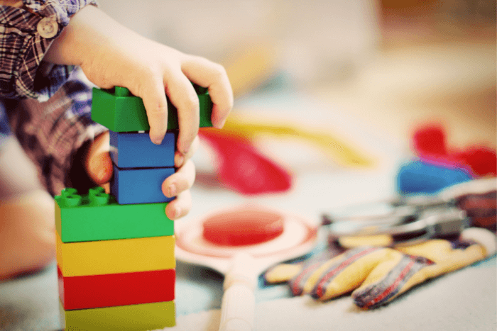 παιδικά χέρια που παίζουν με τουβλάκια