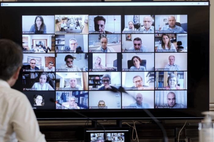 ο Κυριάκος Μητσοτάκης πλάτη σε τηλεδιάσκεψη με επιτροπή λοιμωξιολόγων φωτογραφίες ιατρών στην τηλεόραση