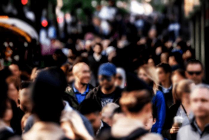 κόσμος συνωστισμένος σε δρόο περπατάει ο ένας δίπλα στον άλλον