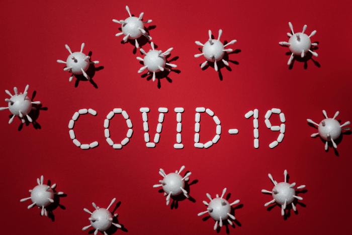 η λέξη covid-19 και γύρω γύρω εικονίδια ιού