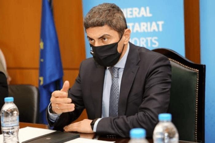 Ο Λευτέρη Αυγενάκης με μάσκα μιλάει