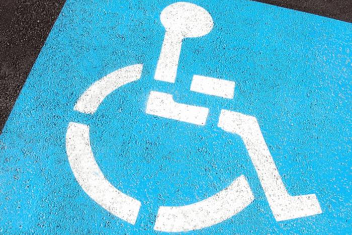 Αναπηρικό σήμα σε άσφαλτο σχηματισμένο