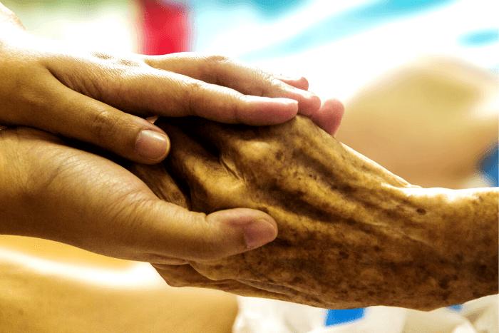 χέρι νεαρού ατόμου κρατάει χέρι ηλικιωμένου ατόμου