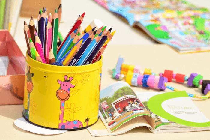 Τραπεζάκι με παραμύθια, ξυλομπογιές και παιδικά παιχνίδια