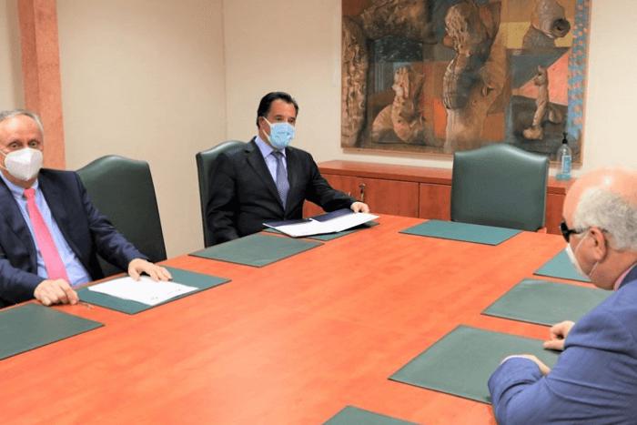 Ο Άδωνης Γεωργιάδης με συνεργάτη και ο Ιώαννης Βαρδακαστάνης σε τραπέζι συσκέψεων
