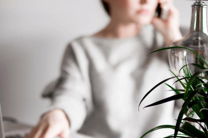 Γυναίκα στο τηλέφωνο (φωτογραφία με θόλωμα)