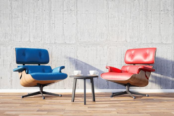 Δύο πολυθρόνες μια μπλε και μια κόκκινη και ανάμεσα τους ένα τραπεζάκι με δύο καφέδες