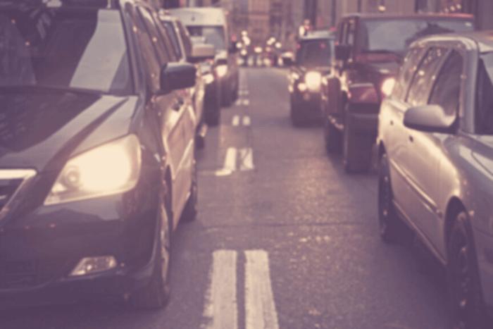 δύο λωρίδες αυτοκινήτων σταματημένα σε φανάρι