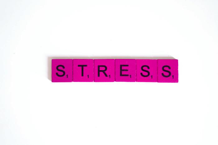 """Η λέξη """"Στρες"""" γραμμένη στα αγγλικά μέσα σε ρόζ πλακίδια"""