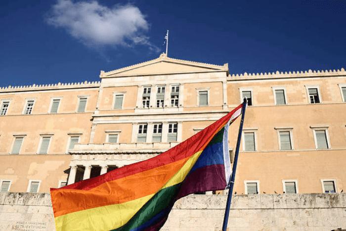 Σημαία ΛΟΑΤΚΙ κοινότητας μπροστά στο κτήριο της Βουλής των Ελλήνων
