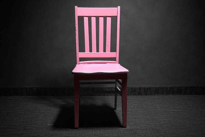 ροζ καρέκλα σε γκρίζο φόντο