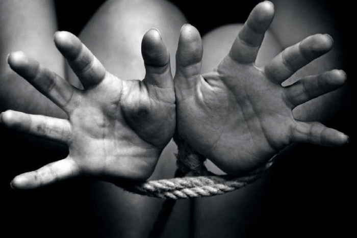 Χέρια δεμένα με σκοινί απλωμένα σαν να ζητούν βοήθεια