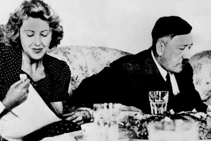 Ο Χίτλερ με την Εύα Μπράουν σε τραπεζαρία δειπνούν