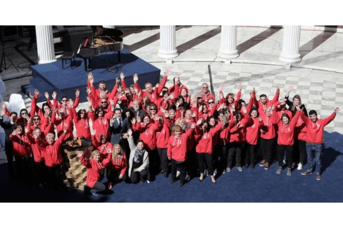 Ομαδική φωτογραφία εθελοντών από ψηλά μαζί με τον Πρόεδρο Διονύσιο Κοδέλλα με χέρια ψηλά.
