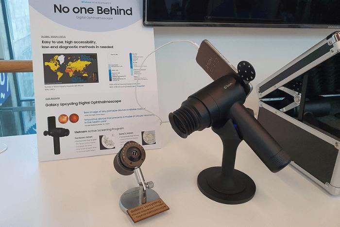 Συσκευή Samsung Galaxy που χρησιμοποιείται σαν φορητή κάμερα για οφλαομολογική εξέταση