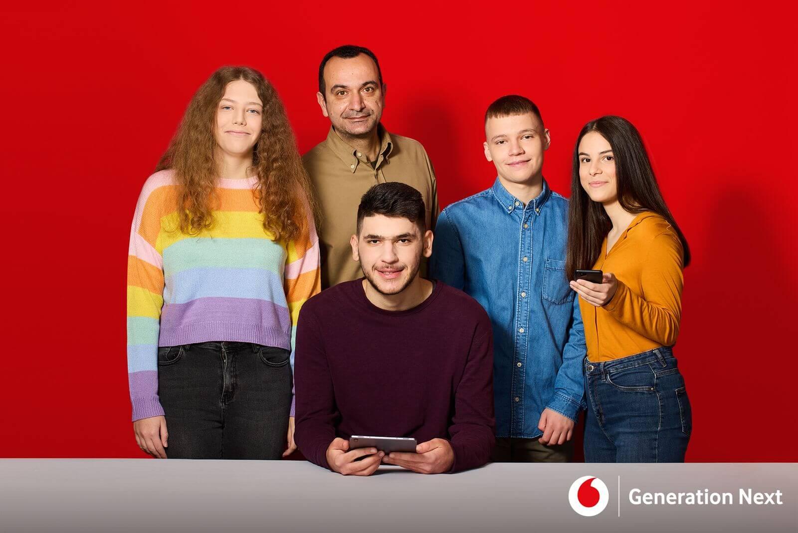 Οι μαθητές: Μαρία Κωστάκη, Αποστόλης Μηλιώτης, Κατερίνα Τεντολούρη, Βαγγέλης Τσίπρας και ο καθηγητής Δημήτρης Μπάνος μαζί τους