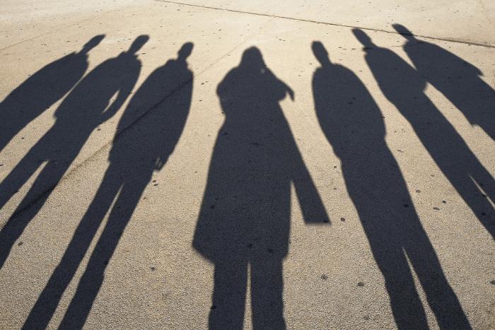 Σκιές ανθρώπων σε εξωτερικό χώρο