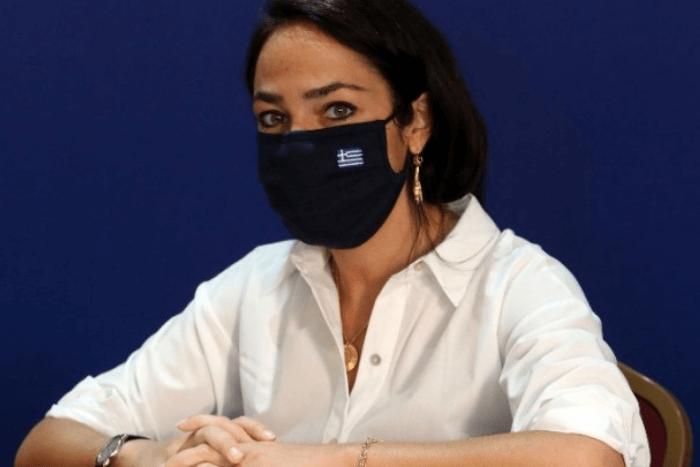 Η Δόμνα Μιχαηλίδου με μάσκα για τον covid
