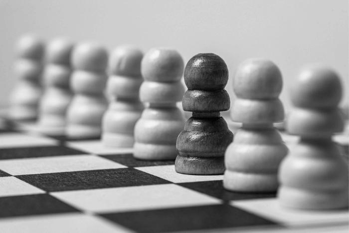Πιόνια του σκάκι σε ασπρόμαυρη φωτογραφία