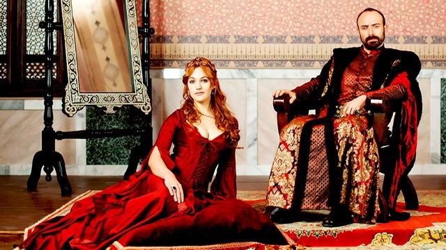 Φώτο από την τηλεοπτική σειρά: η Μεριέμ Ουζερλί ως Χουρέμ και ο ηθοποιός που υποδύεται τον Σουλειμάν