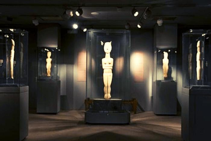 εκθέματα στο μουσείο Κυκλαδικής Τέχνης και συγκεκριμένα αγαλματίδια