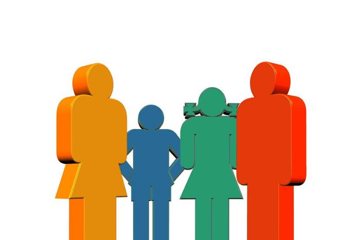 Μακέτες από χρωματιστά ανθρωπάκια που συμβολίζουν την οικογένεια: Μπαμπάς κόκκινος, μαμά πορτοκαλί, κορίτσι πράσινο, αγόρι μπλέ