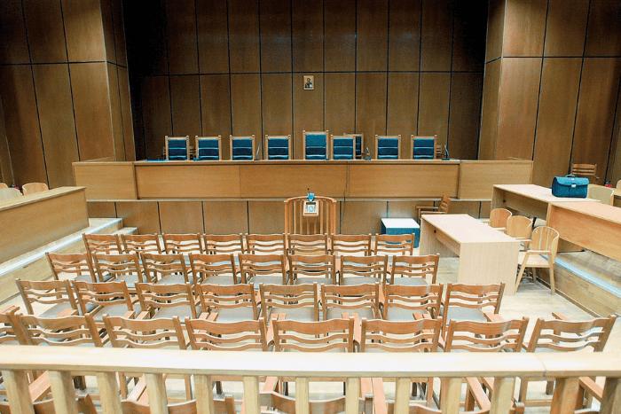 άδεια αίθουσα δικαστηρίου προεδρείο και ακροατήριο