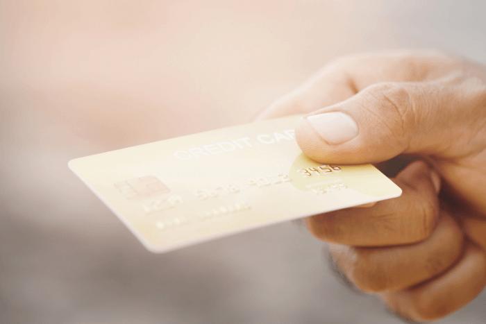 κοντινό σε χέρι που κρατάει χρεωστική κάρτα