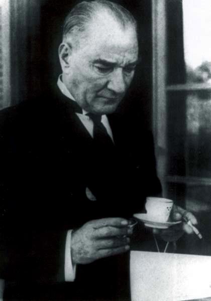 Ο Ατατούρκ το 1936 κρατώντας ένα φλυτζάνι με καφέ και ένα τσιγάρο