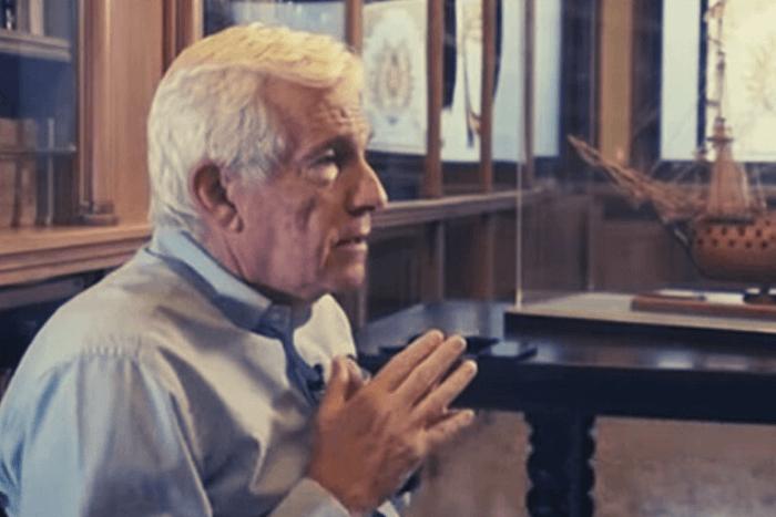 Ο Πάνος Λασκαρίδης σε στάση πλάγια/προφιλ δίνει συνέντευξη