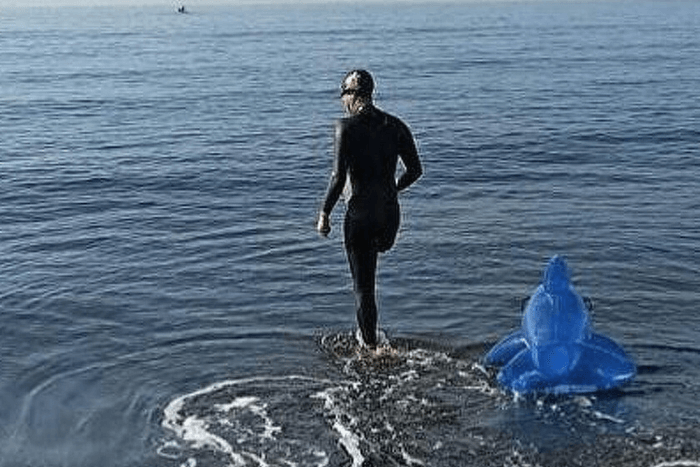 Ο Σαλβατόρε Τσιμίνο με κολυμβητική φόρμα σε ακτή λίγο πριν ξεκινήσει να κολυμπάει