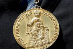 Βραβείο Καρλομάγνος!: Ένα χρυσό μετάλλιο που απεικονίζεται επάνω ο αυτοκράτορας Καρλομάγνος