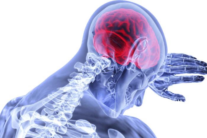 Άνθρωπος μέσα υπολογιστή όπου σκιαγραφείται ο εγκέφαλος του με κόκκινο χρώμα