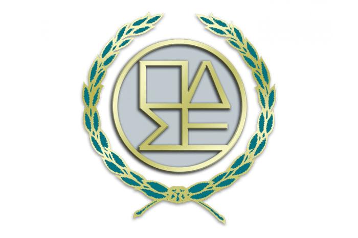 """Λογότυπος Ολομέλειας Προέδρων Δικηγορικών Συλλόγων Ελλάδος: Στεφάνι από δάφνες αγκαλιάζει το γράμμα """"Ο"""" που μέσα περιέχονται τα αρχικά """"ΠΔΣΕ""""."""