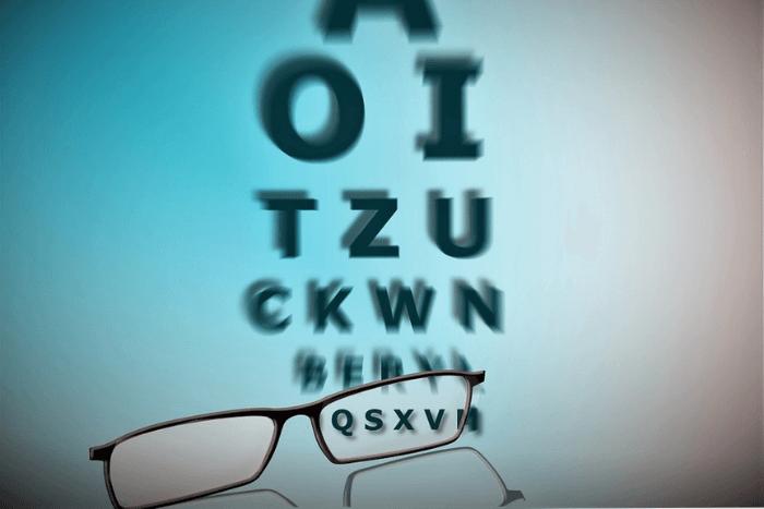 Αγγλικά γράμματα και μπροστά από τα πιο μικρά στο τέλος ένα ζευγάρι γυαλιά που κάνει ευανάγνωστους τους χαρακτήρες