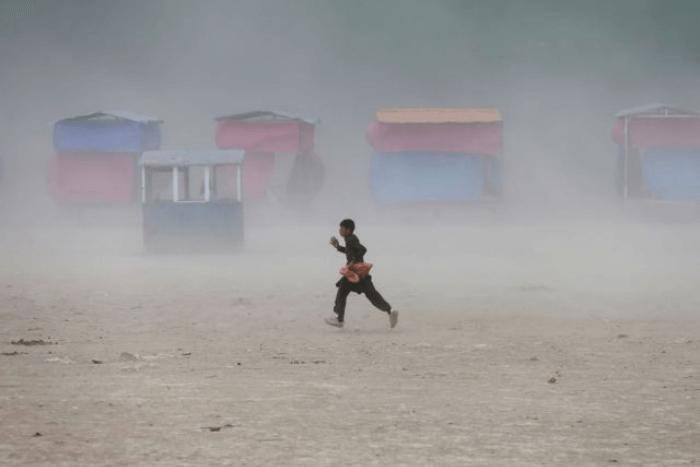παιδί που τρέχει σε οικισμό στο Αφγανιστάν
