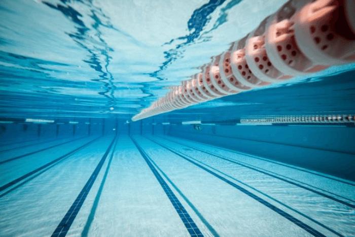 Πισίνα φωτογραφία κάτω από το νερό φαίνεται και η διαχωριστική λωρίδα