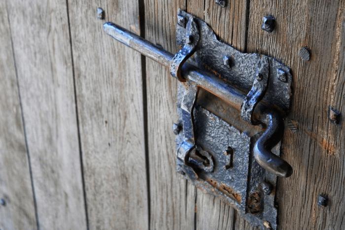 Ξύλινη παλιά πόρτα με μεγάλο μεταλλικό σύρτη