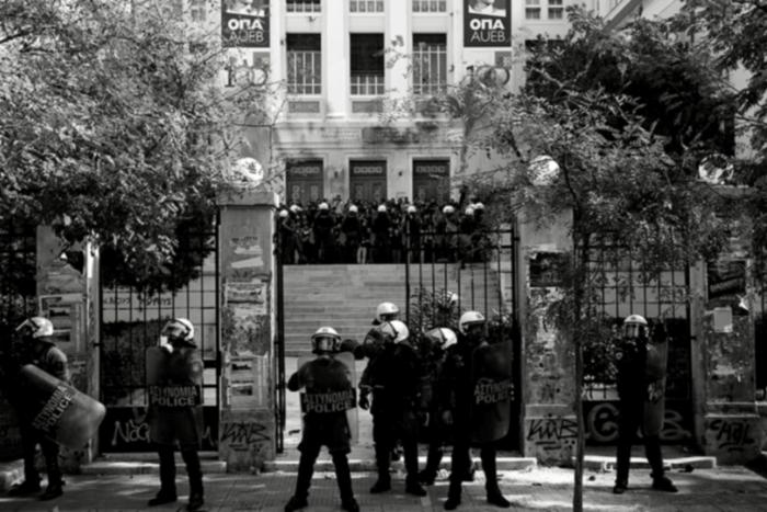 Στη φώτο βλέπουμε αστυνομική ομάδα έξω από πανεπιστήμιο να προσπαθεί να εμποδίσει επεισόδια.