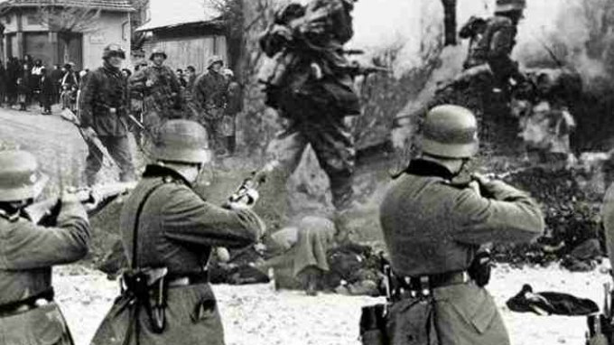 Φωτογραφία από σκηνή πολέμου στρατιώτες με όπλα και πτώματα