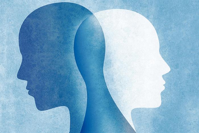 Δύο σκίτσα από κεφάλια ανθρώπων το ένα μέσα στο άλλο σε γαλάζιο και άσπρο χρώμα