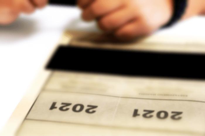Τετράδιο Πανελληνίων 2021 (φαίνονται τα χέρια μαθητή/τριας)