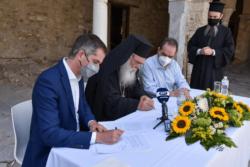 Ο δήμαρχος Αθηναίων Κώστας Μπακογιάννης και ο Αρχιεπίσκοπος Αθηνών κ. Ιερώνυμος υπογράφουν τη συμφωνία δίπλα τους ο κ. Δήμτσας κι ένας ιερέας